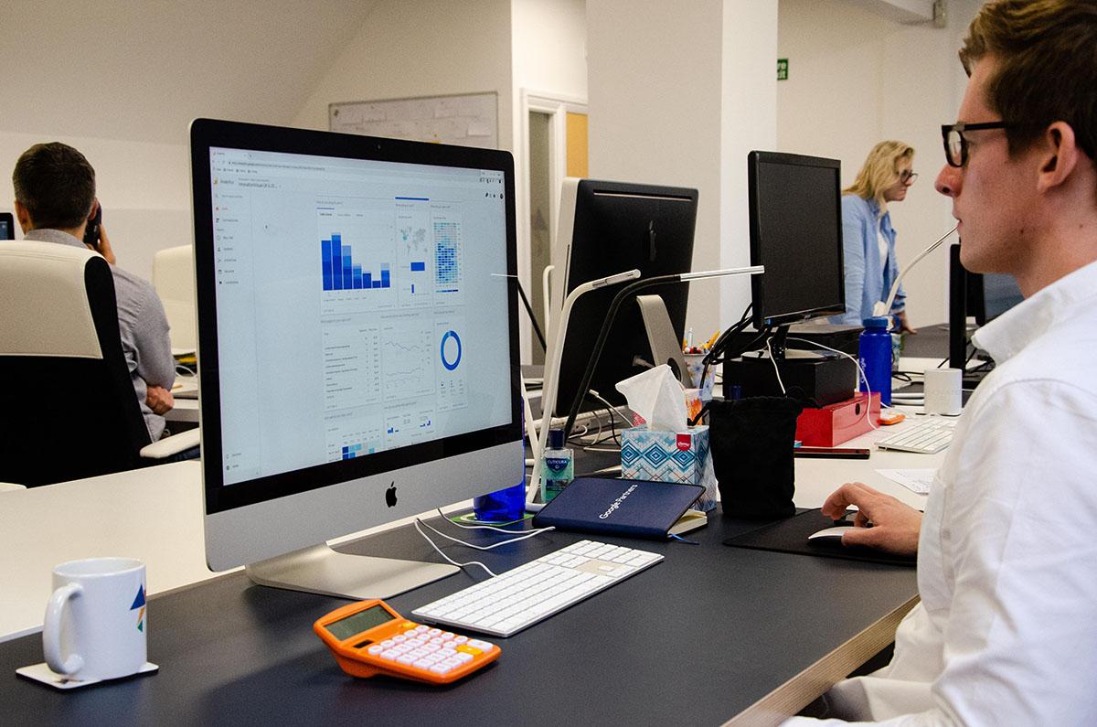 digital-marketing-executive-on-google-Analytics